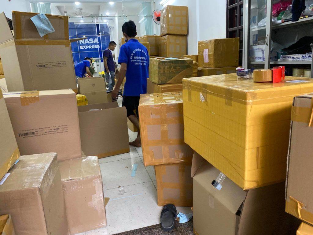 Hoạt động đóng gói hàng hoá tại Nasa Express